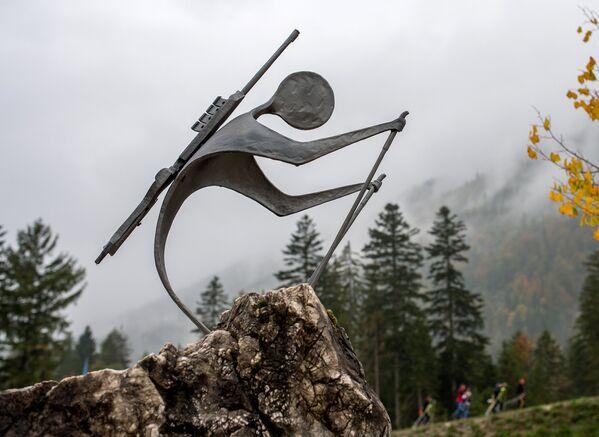 Памятник биатлонисту на стадионе Химгау-Арена в немецком Рупольдинге