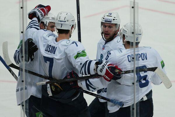 Хоккеисты Адмирала радуются заброшенной шайбе в ворота СКА