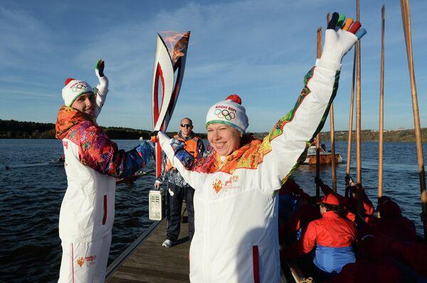 Участники Эстафеты Олимпийского огня на Яченском водохранилище в Калужской области