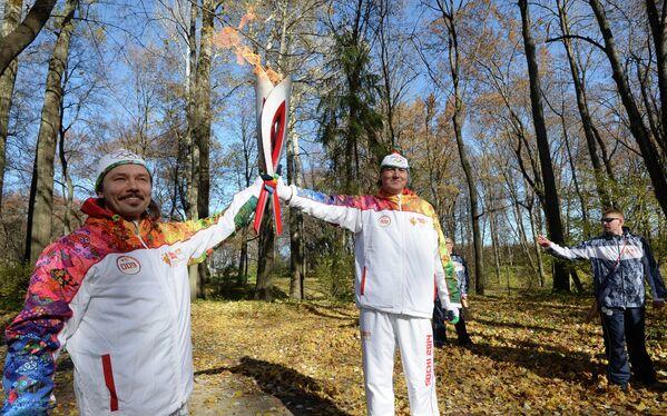 Участники Эстафеты Олимпийского огня в Тульской области литераторы Александр Гаврилов (слева) и Владислав Отрошенко