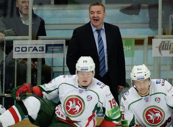 Главный тренер Ак Барса Валерий Белов (в центре) руководит игрой своей команды