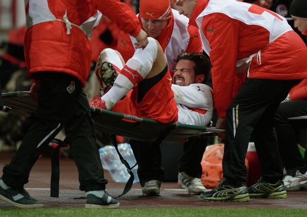 Медики оказывают первую помощь игроку Амкара Благою Георгиеву (в центре)