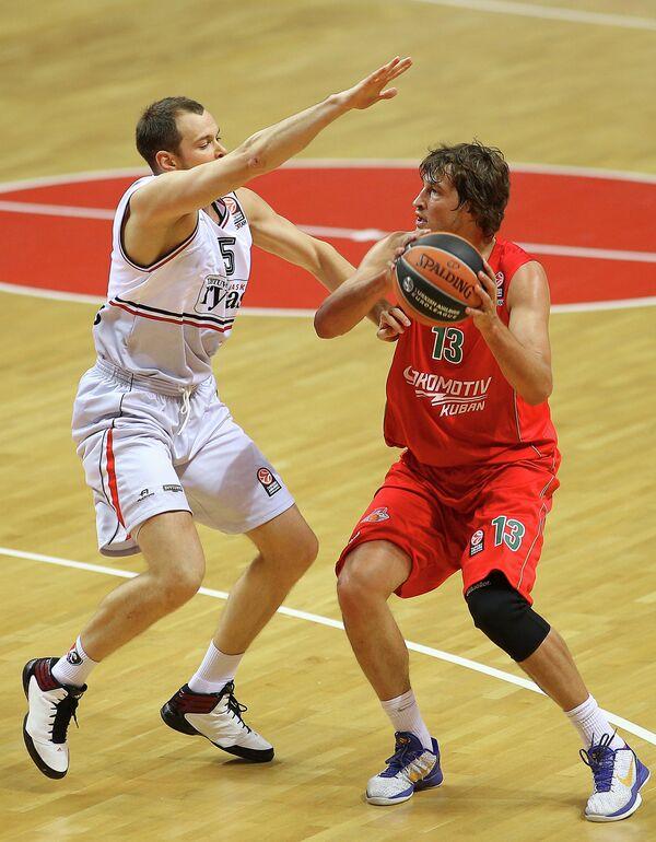 Игрок БК Летувос Ритас Степонас Бабраускас (слева) и игрок БК Локомотив-Кубань Симас Ясайтис