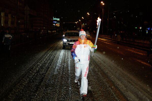 Факелоносец во время эстафеты олимпийского огня в Архангельске