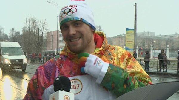 Факелоносцы пронесли олимпийский огонь в Архангельске под хлопьями снега