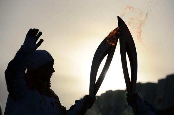 Факелоносец во время эстафеты олимпийского огня