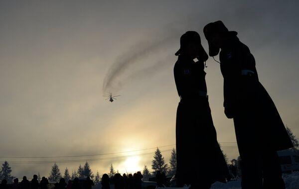 Жители города во время эстафеты олимпийского огня в Новом Уренгое