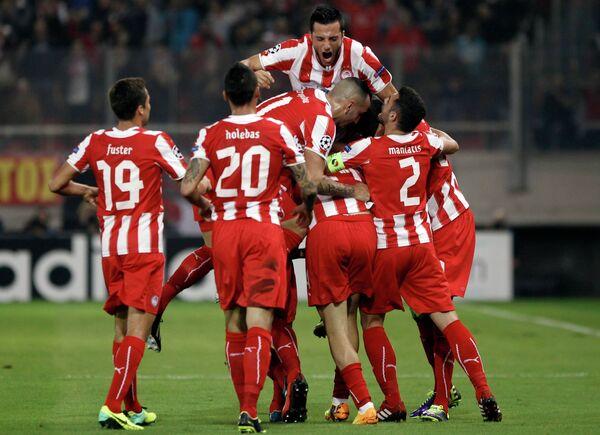 Футболисты Олимпиакоса радуются голу, забитому в ворота Бенфики