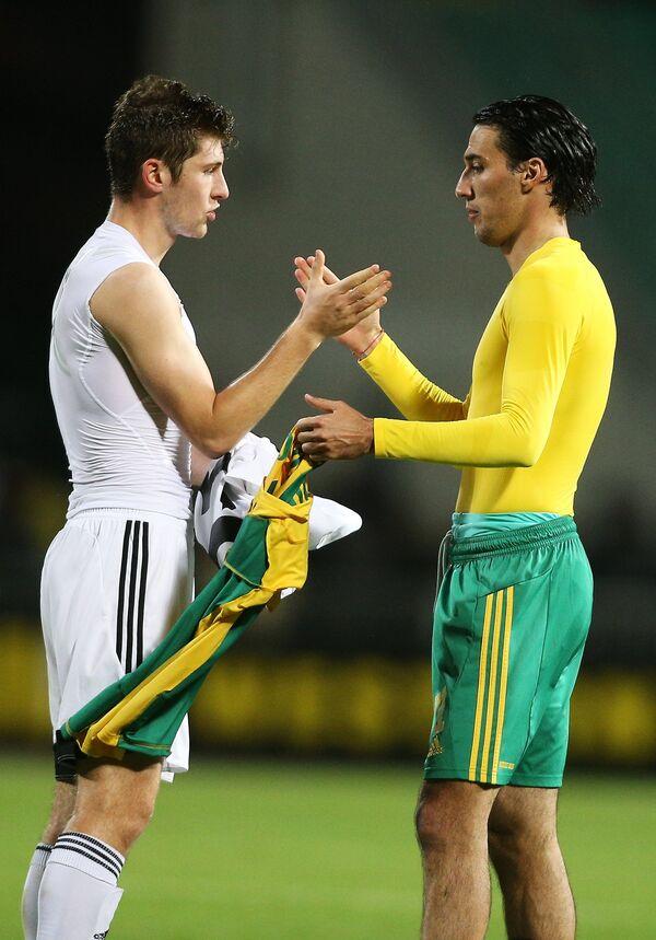 Игрок Кубани Ивелин Попов (справа) и игрок Суонси Сити Бен Дэвис