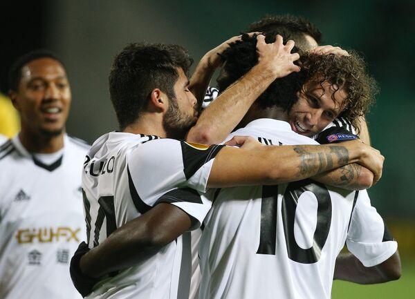 Игроки Суонси Сити Алехандро Посуэло (второй слева) и Вильфрид Бони (третий слева)