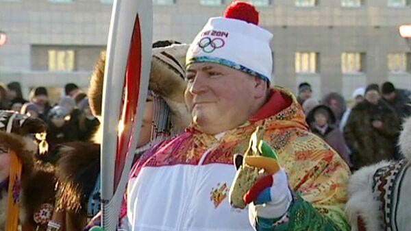 Факелоносец пронес огонь Игр-2014 по Магадану с куском золота в руке