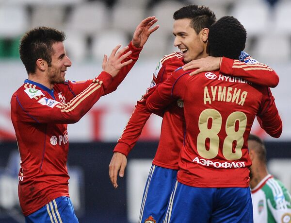 Футболисты ЦСКА Зоран Тошич (слева), Сейду Думбия (справа) радуются забитому голу в ворота Терека