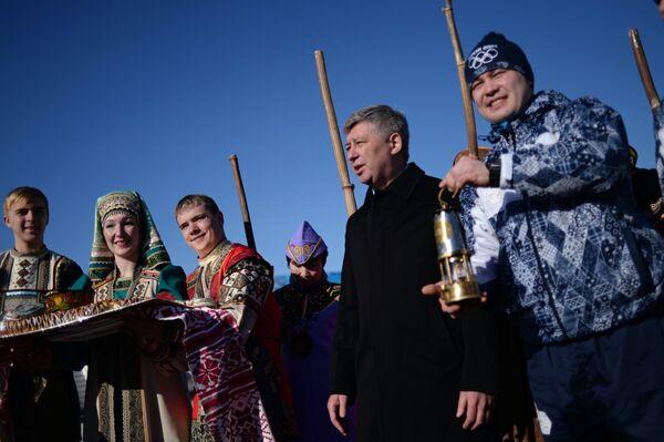 Жители города на встрече Олимпийского огня в Южно-Сахалинске