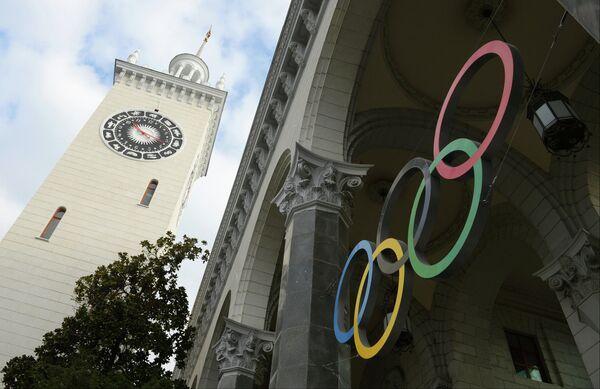 Олимпийские кольца на железнодорожном вокзале в Сочи