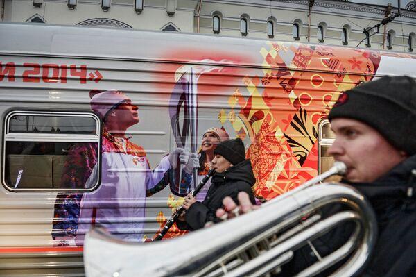 Поезд украшенный символикой Олимпиады Сочи