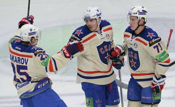 Игроки ХК СКА Игорь Макаров, Александр Кучерявенко и Максим Чудинов (слева направо)