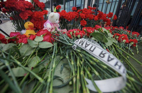 Цветы и игрушки у входа в международный аэропорт Казань