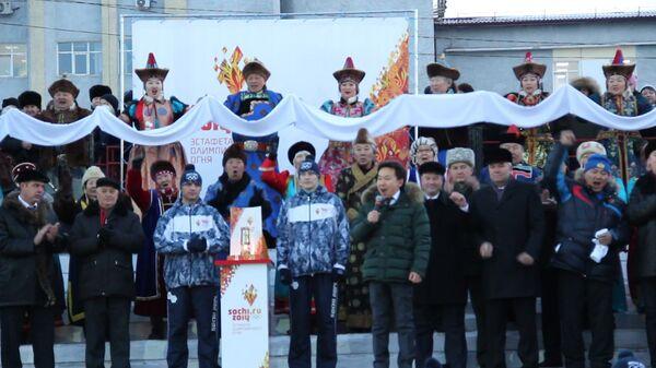 Огонь ОИ провезли на лошадях и благословили в Иволгинском дацане в Улан-Удэ