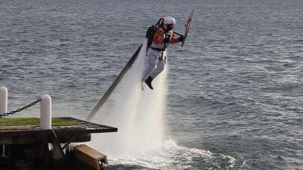 Факелоносец на летающем ранце принял эстафету огня Игр-2014 в воде Байкала