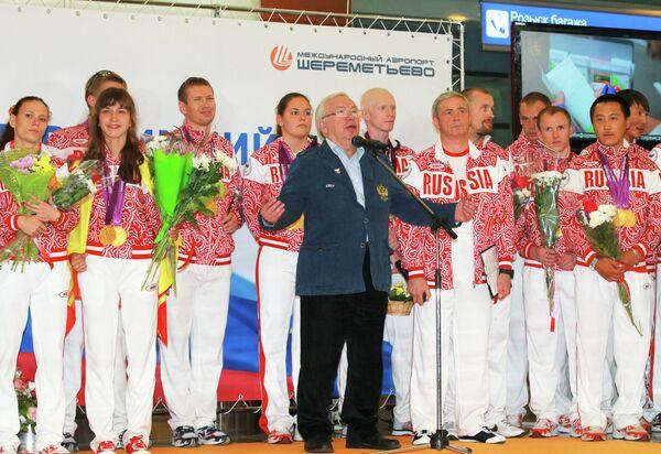 Президент ПКР Владимир Лукин (в центре) выступает во время встречи занявшей второе командное место сборной России