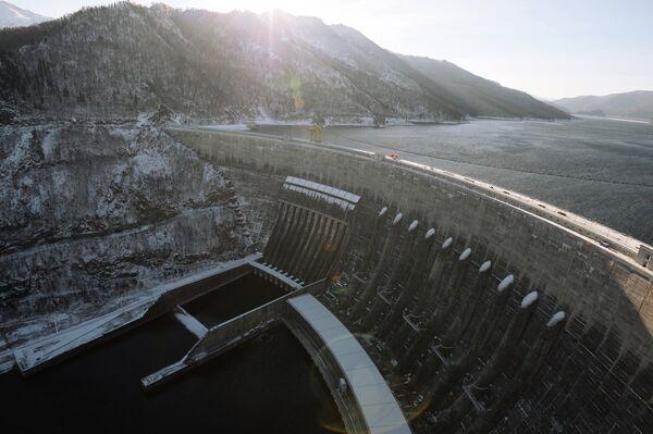 Вид на плотину Саяно-Шушенской ГЭС