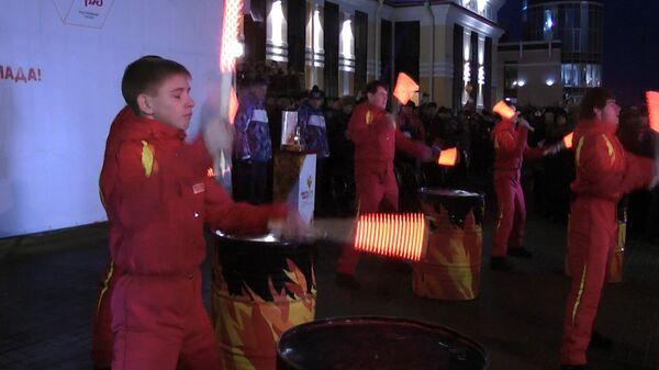Барабанщики устроили шоу во время прибытия огня ОИ-2014 в Новокузнецк