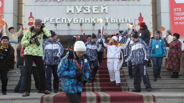 Всадники на лошадях и тувинцы в национальных костюмах встречали огонь ОИ-2014