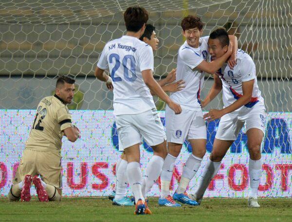 Футболисты сборной Южной Кореи в матче с российской сборной