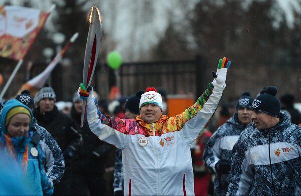 Начальник управления физической культуры и спорта мэрии Новосибирска Сергей Ахапов (в центре) во время эстафеты олимпийского огня в Новосибирске