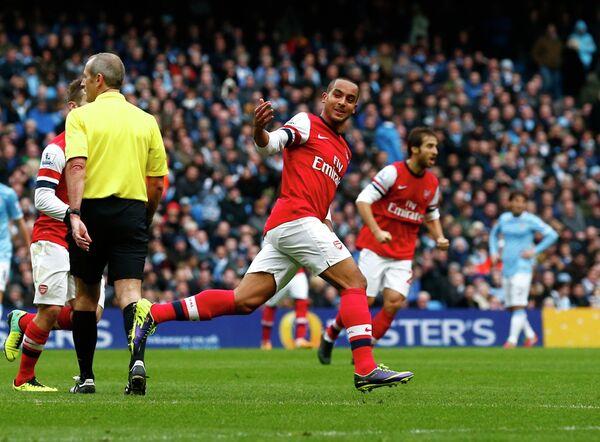 Тео Уолкотт празднует гол в ворота Манчестер Сити