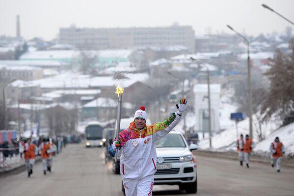 Факелоносец Иван Ленивцев во время эстафеты олимпийского огня в городе Каменск-Уральский