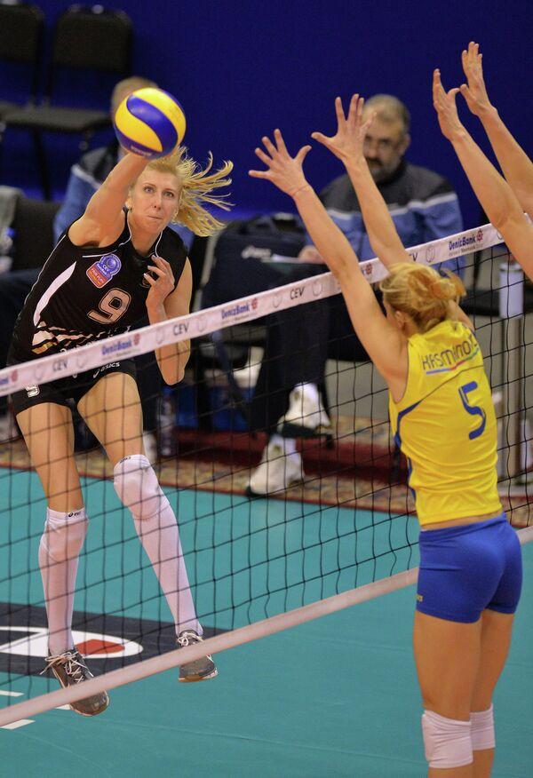 Игрок Омички Наталья Маммадова (слева) и игрок Рабиты Наташа Крсманович