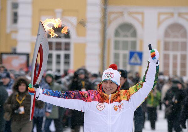 Серебряный призер XXVII Олимпийских игр в синхронных прыжках с трехметрового трамплина Александр Доброскок во время эстафеты олимпийского огня в Оренбурге