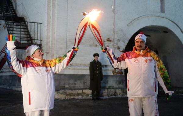 Факелоносцы Нина Пантелеева и Михаил Корниенко