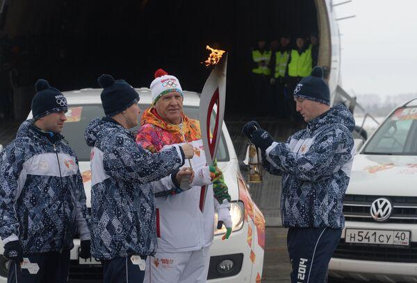 Факелоносец Владимир Сливочкин (второй справа) во время эстафеты олимпийского огня в Ульяновске