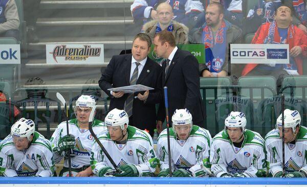 Владимир Юрзинов (слева, на втором плане)