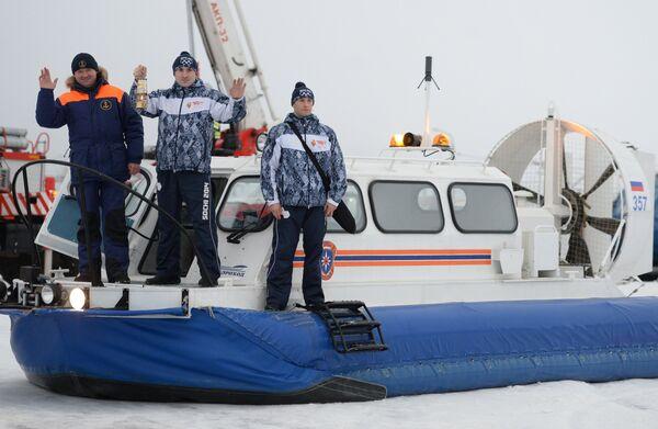 Хранители огня на судне на воздушной подушке во время эстафеты олимпийского огня в Казани
