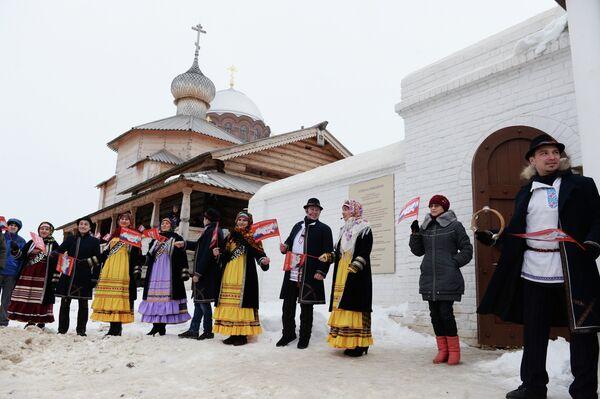 Фольклорный ансамбль во время эстафеты олимпийского огня около Собора Богоматери Всех Скорбящих Радости на острове Свияжске