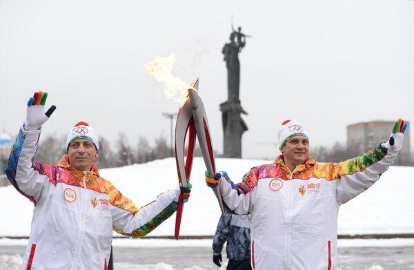 Факелоносцы Роман Липатов и Сергей Гельцер (справа)