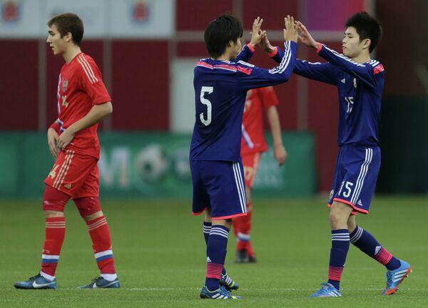 Футболисты юношеской сборной Японии радуются забитому мячу в ворота юношеской сборной Росссии