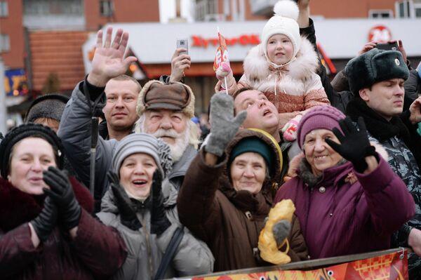 Зрители во время эстафеты олимпийского огня в Липецке