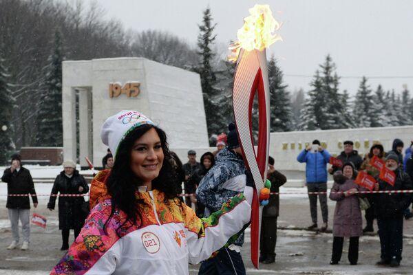 Факелоносец во время эстафеты олимпийского огня в Курске
