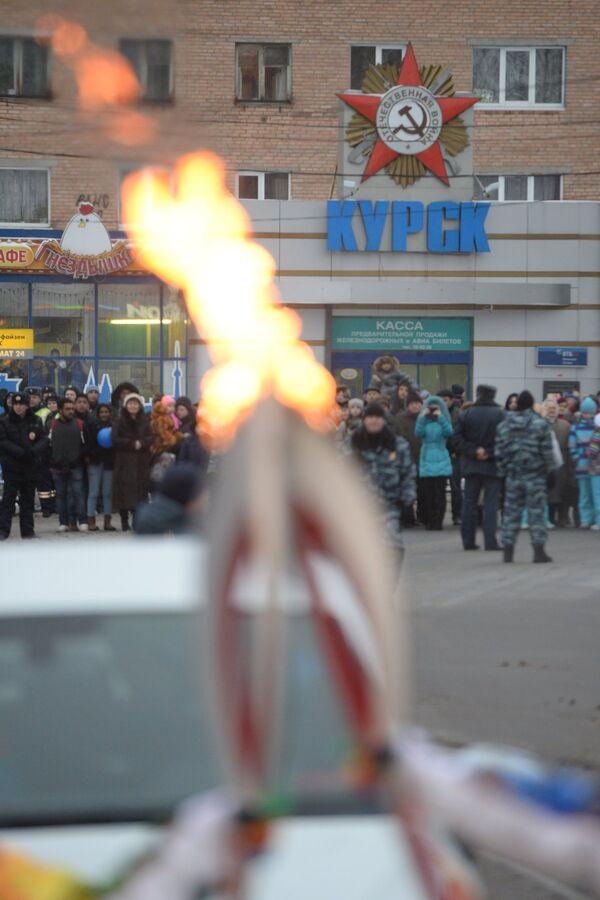 Факелоносцы во время эстафеты олимпийского огня в Курске