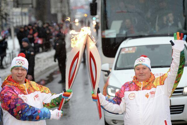 Актер Comedy Club Production Игорь Харламов (слева) во время эстафеты олимпийского огня в Курске