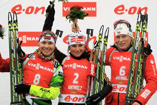 Надежда Скардино (Беларусь) - второе место, Андреа Хенкель (Германия) - первое место и Тора Бергер (Норвегия) - третье место (слева направо)