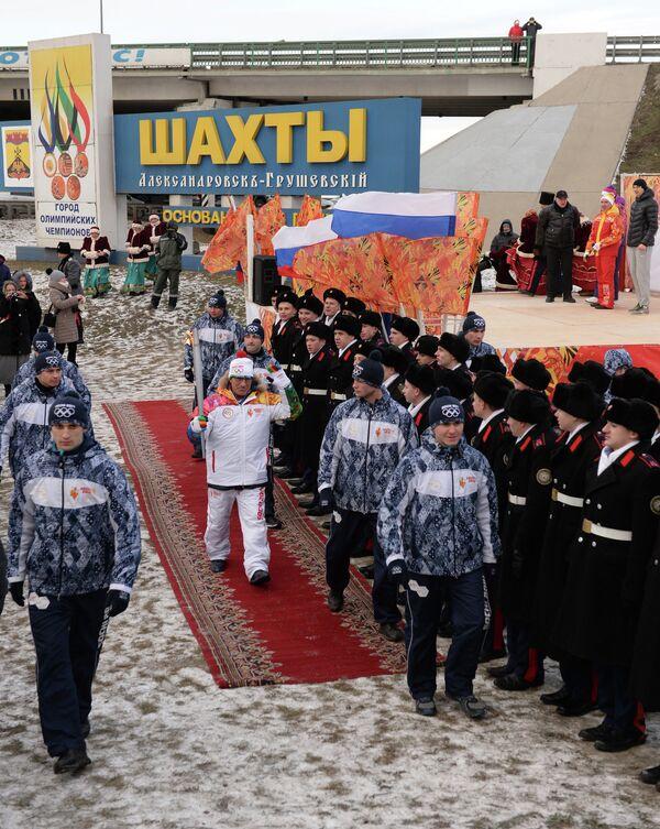 Факелоносец Давыд Ригерт во время эстафеты олимпийского огня в городе Шахты