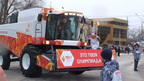 Факел с олимпийским огнем провезли на комбайне в Ростове-на-Дону