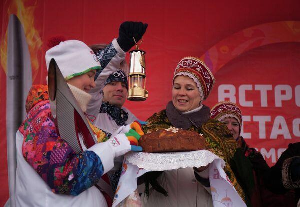 Факелоносец Андросова Татьяна во время эстафеты олимпийского огня в Ростове-на-Дону