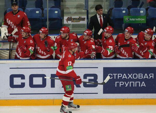 Игроки Витязя поздравляют Вячеслава Солодухина