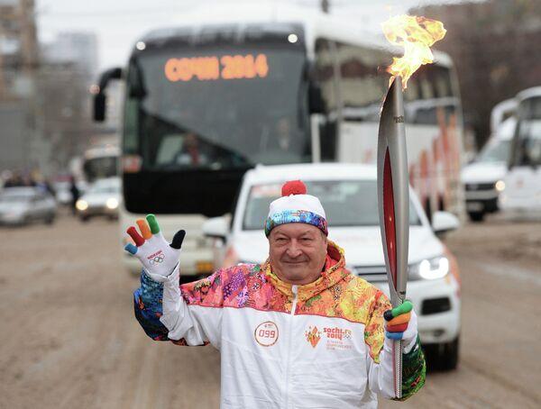 Генеральный директор Федерации фигурного катания на коньках России (ФФККР) Валентин Писеев во время эстафеты олимпийского огня в Ростове-на-Дону
